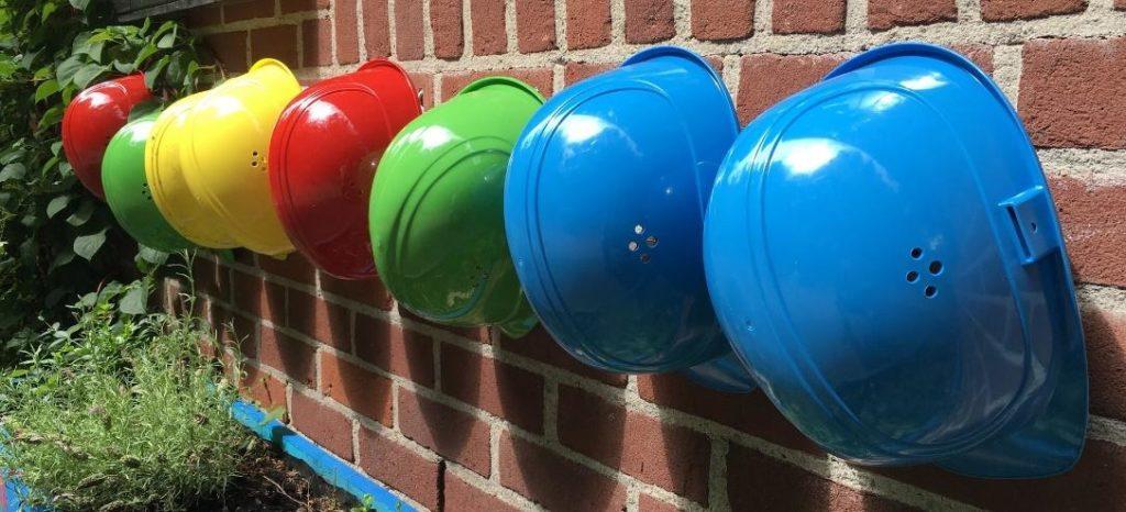 casques sur un chantier de construction de résidence